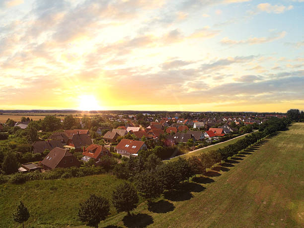 Luftaufnahme von vorstädtischen Häusern im Sonnenuntergang-Deutschland – Foto
