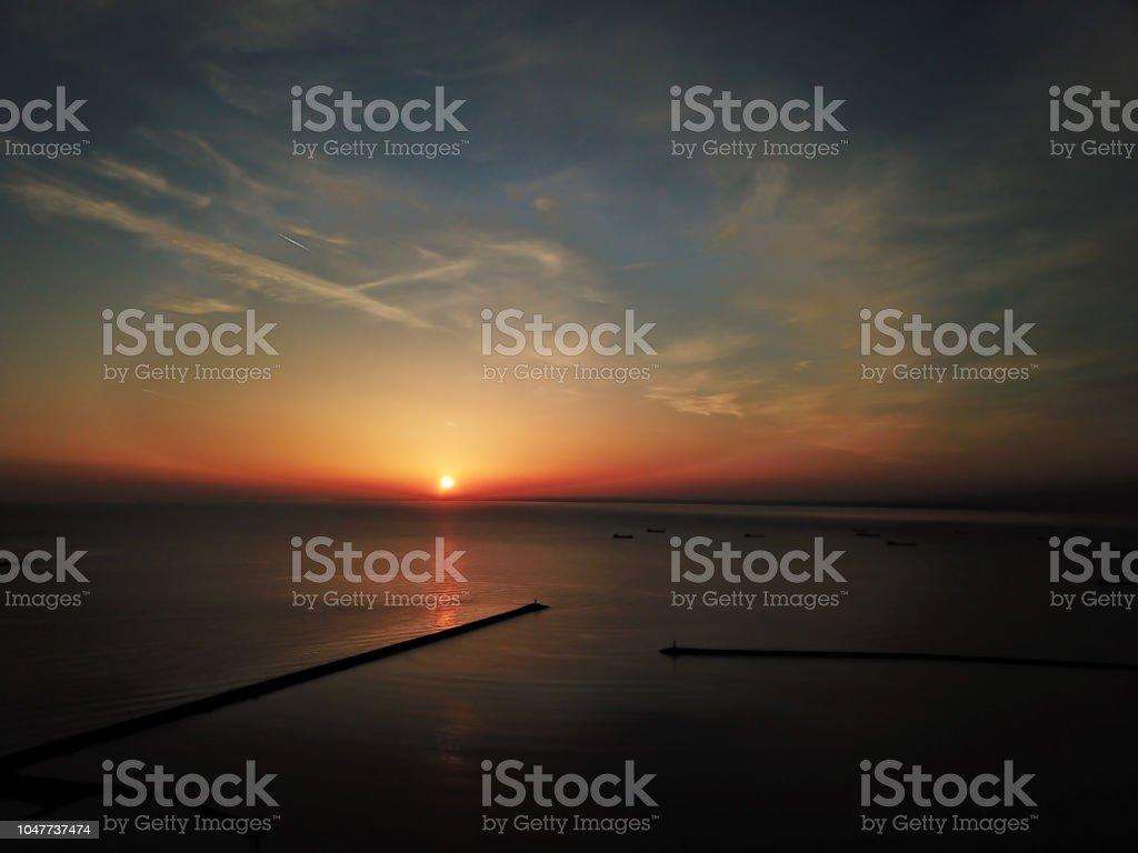 Sahilde günbatımı havadan görünümü stok fotoğrafı