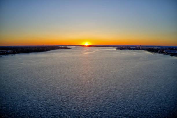 vue aérienne du coucher du soleil au-dessus du fleuve de delaware philadelphie - rivière delaware photos et images de collection