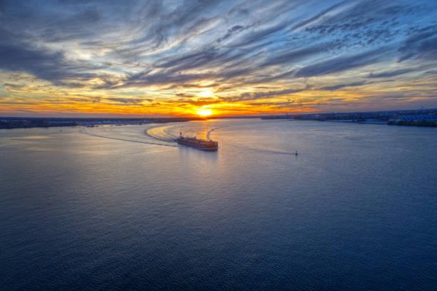 vue aérienne du coucher de soleil sur le fleuve delaware philadelphie - rivière delaware photos et images de collection