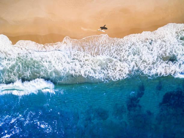 Luftaufnahme des Surfers, der ins Meer geht – Foto