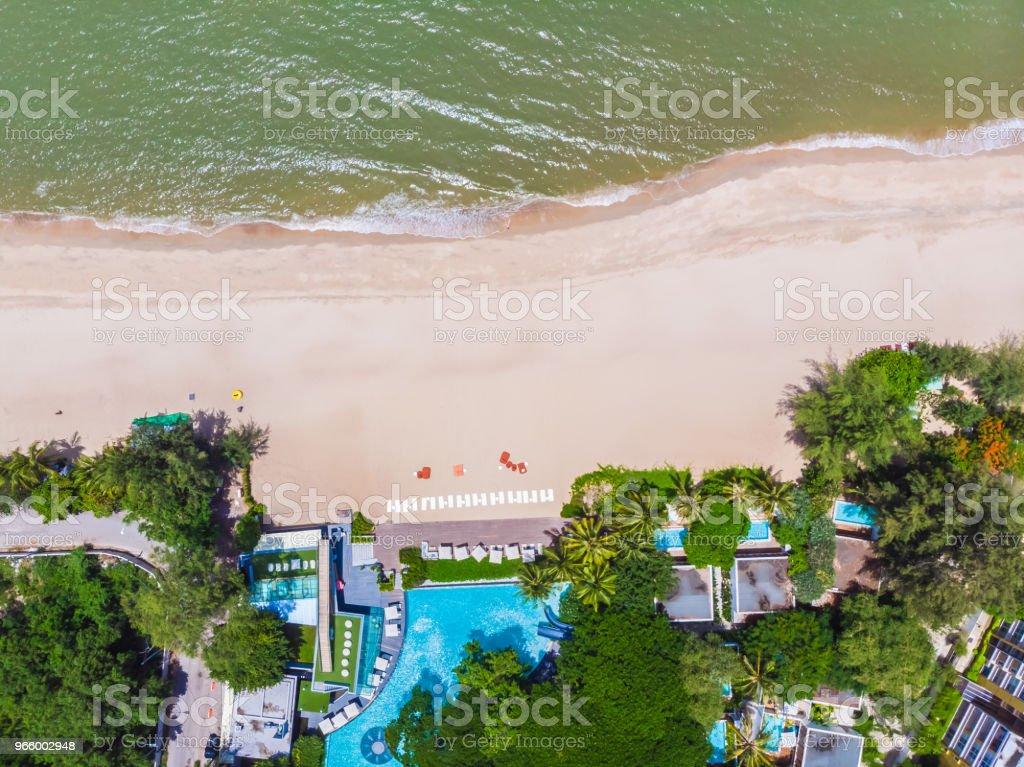 Flygfoto över pool med havet och stranden - Royaltyfri Blå Bildbanksbilder