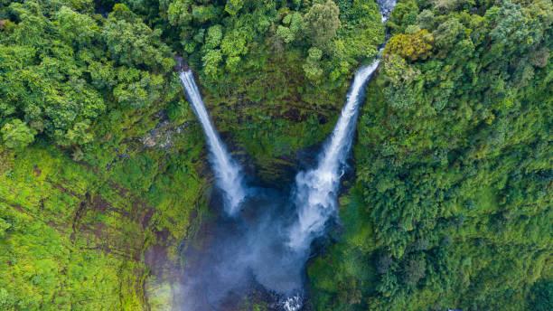 パクセとチャンパサック市ラオスの熱帯雨林のタッドファン滝の空中写真 - 滝 ストックフォトと画像