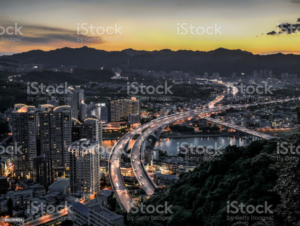 Luftaufnahme des Taipei City mit Formosa Freeway bei Sonnenuntergang, Taiwan. – Foto