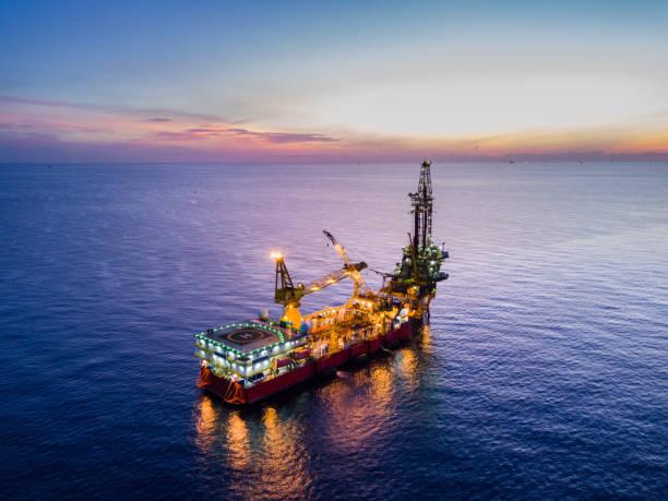 luchtfoto van tedere boren booreiland (barge booreiland) - industrieel schip stockfoto's en -beelden