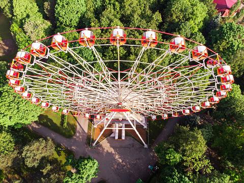 Aerial View Of The Amusement Park With Ferris Wheel — стоковые фотографии и другие картинки Аттракцион карусель