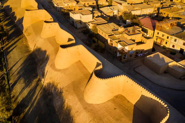 luchtfoto van de oude stadsmuren van khiva, silk road, oezbekistan - karavanserai stockfoto's en -beelden