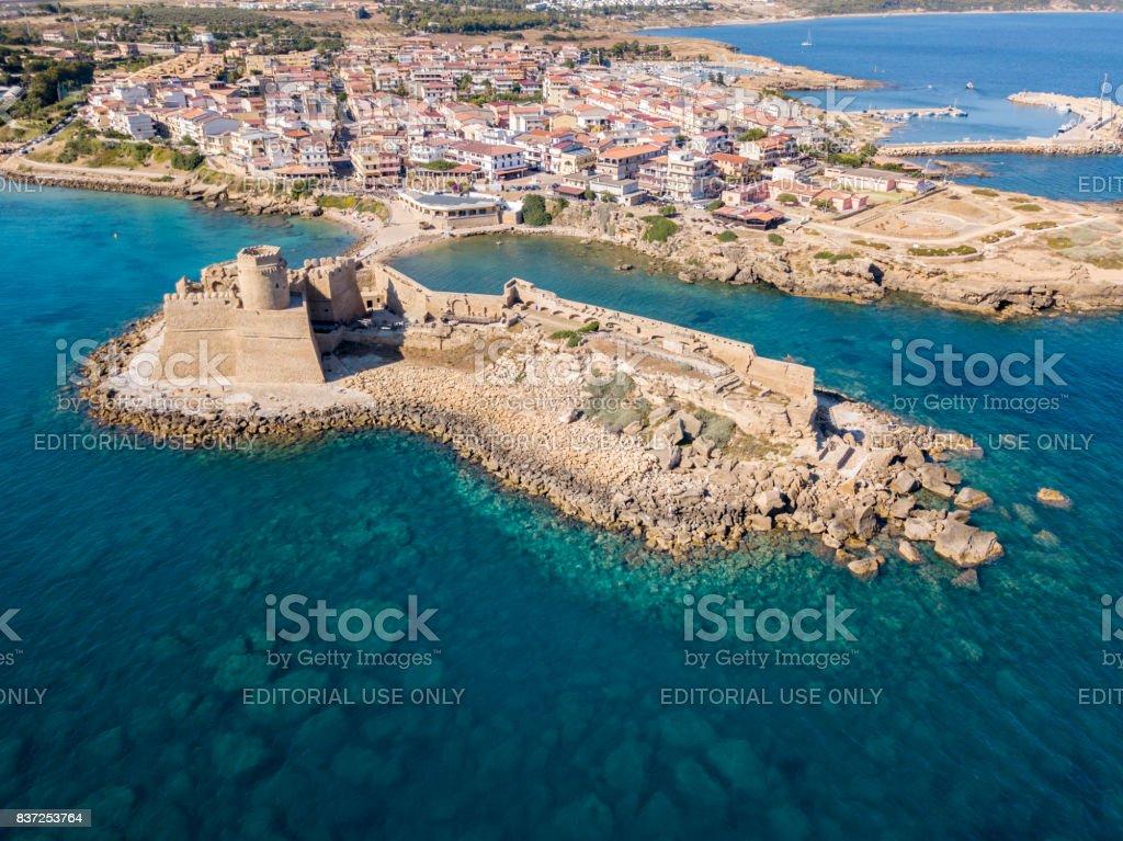 Luftaufnahme des aragonischen Burg von Le Castella, Le Castella, Kalabrien, Italien: das Ionische Meer, gebaut auf einem kleinen Landstrich mit Blick auf die Costa dei Saraceni im Weiler Isola Capo Rizzuto – Foto