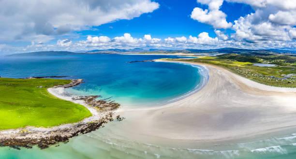 Luftaufnahme des preisgekrönten Narin Beach von Portnoo und Inishkeel Island in County Donegal, Irland – Foto