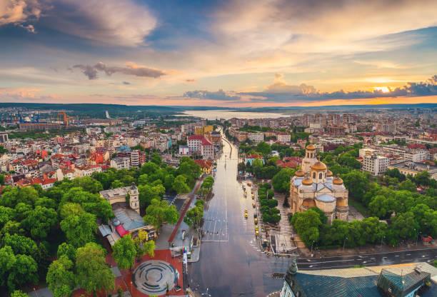 Luftaufnahme der Kathedrale Mariä Himmelfahrt in Varna. Bulgarien. Europa. – Foto