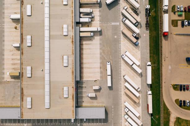 luftaufnahme des verteilungszentrums. - pickup trucks stock-fotos und bilder
