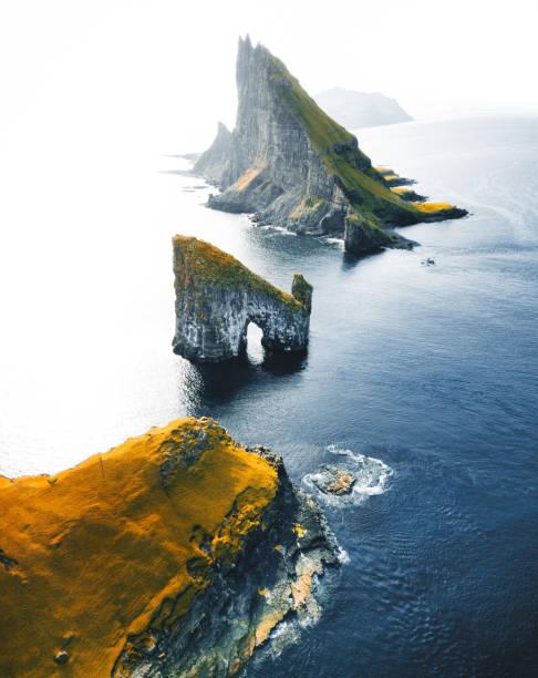 luchtfoto van de rots van de dranganir op de faeröer - faeröer stockfoto's en -beelden