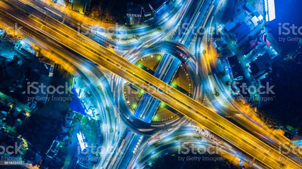 高速公路、機動車路和高速公路的鳥瞰在圈子圖像檔