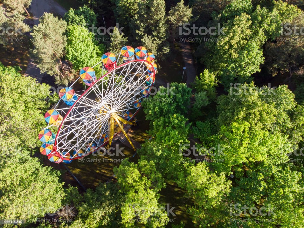 aerial view of the ferris wheel in amusement park - Стоковые фото Аттракцион карусель роялти-фри