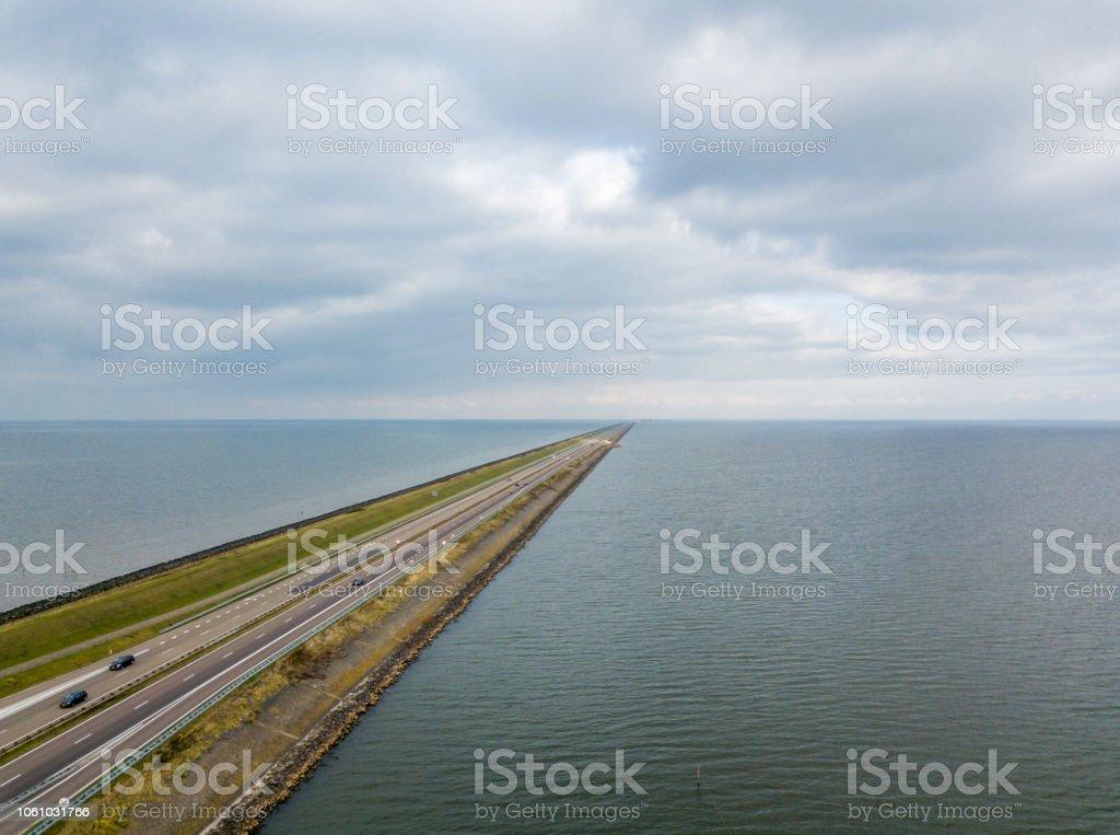 Luchtfoto van de flood bescherming dam Afsluitdijk foto