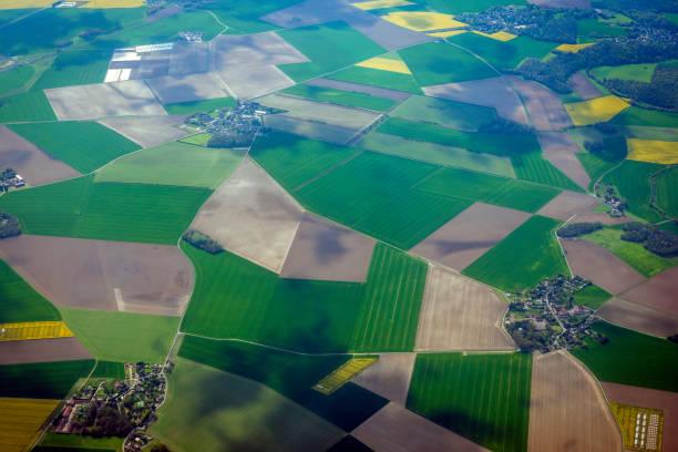 luftbild von der französischen landschaft vor paris, frankreich - baumgruppe stock-fotos und bilder