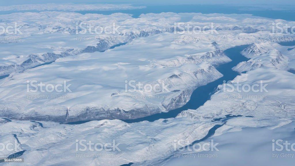 Vista aérea de los glaciares, los ríos y los icebergs de la costa sur de Groenlandia - foto de stock