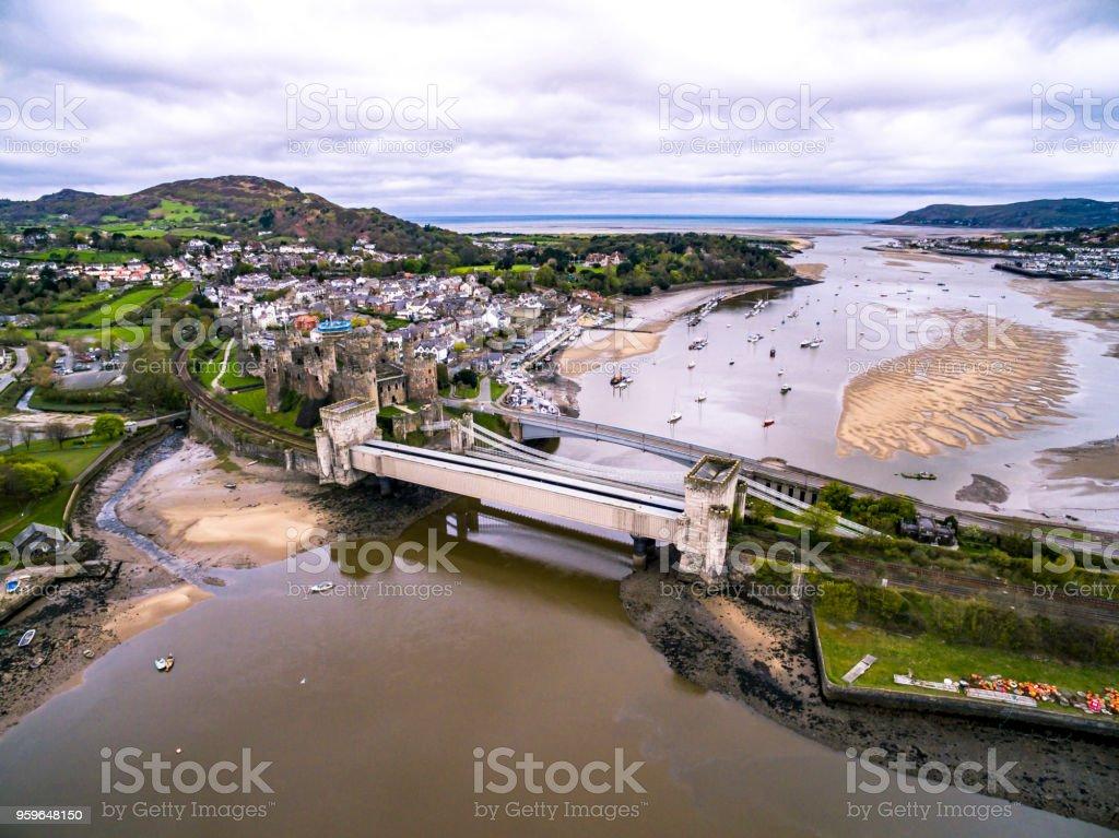 Vista aérea de la histórica ciudad de Conwy con su medieval Castillo - Gales - Reino Unido - Foto de stock de Aire libre libre de derechos
