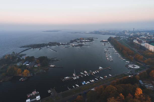 flygvy över öarna utanför helsingfors kusten vid karhupuisto. finland - drone helsinki bildbanksfoton och bilder