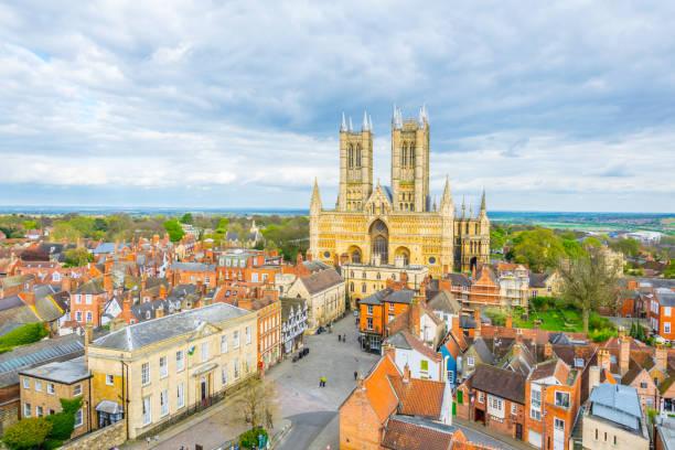 luftbild von der kathedrale von lincoln, england - lincoln united stock-fotos und bilder