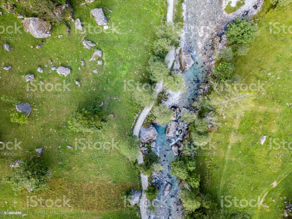 Luftaufnahme von Mello-Tal, Val di Mello, einem grünen Tal, umgeben von Granitbergen und Waldbäume, umbenannt das kleine italienische Yosemite-Tal. Italien – Foto