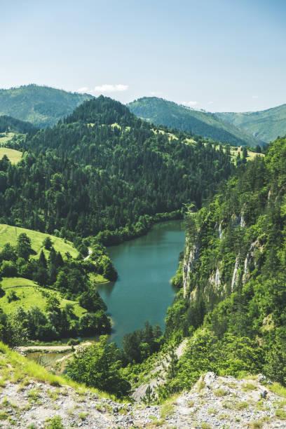 luchtfoto van het bergmeer in de vallei - servië stockfoto's en -beelden