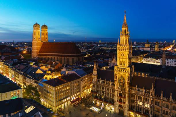 luftbild von das neue rathaus und marienplatz in der nacht, münchen, deutschland - münchner frauenkirche stock-fotos und bilder