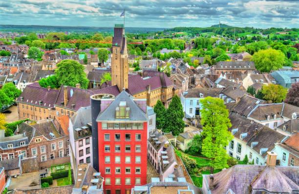 luchtfoto van de oude stad van maastricht, nederland - maastricht stockfoto's en -beelden