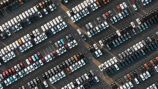 widok z lotu ptaka na zaparkowane nowe samochody w zakładzie motoryzacyjnym - duża grupa obiektów zdjęcia i obrazy z banku zdjęć