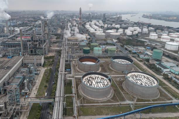 Luftaufnahme der Rohrleitungen und Lagertanks – Foto