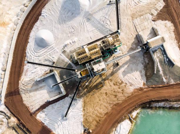 luftaufnahme des verarbeitungsbetriebs mit sand plasmafraktionierer am rande einer quarzsand baggersee für weißen quarzsand - aerial view soil germany stock-fotos und bilder