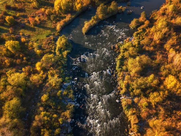 Luftaufnahme des Flusses und Farbe Bäume, sonnigen Herbstlandschaft, Drohne geschossen. Nationalpark Bugski Wache, Ukraine – Foto