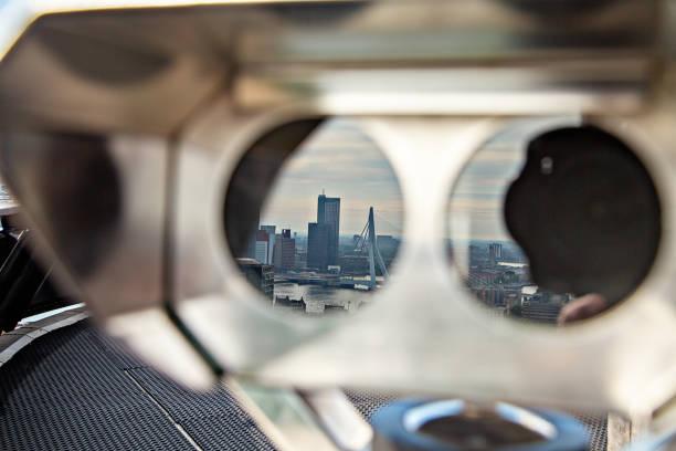 Luchtfoto van de Rotterdamse skyline reflectie in verrekijker foto