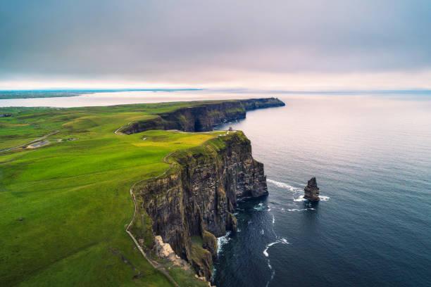 widok z lotu ptaka na malownicze klify moher w irlandii - klif zdjęcia i obrazy z banku zdjęć