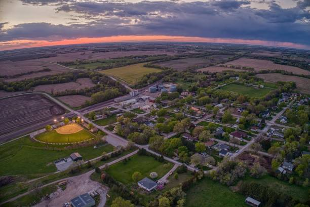 luchtfoto van het kleine dorpje roca bij zonsondergang in het platteland van nebraska - stadje stockfoto's en -beelden