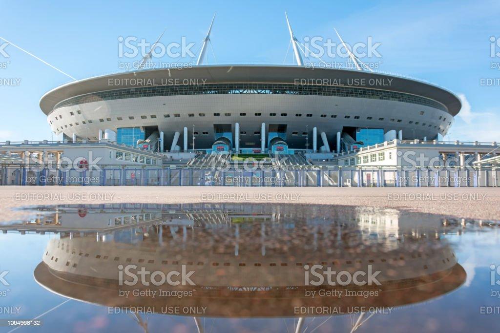 Vista aérea do estádio Arena do Zenit, com reflexo numa poça de água no asfalto. Rússia, São Petersburgo, 11 de outubro de 2018. - foto de acervo