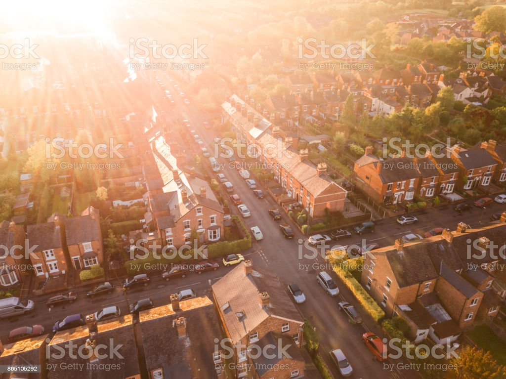 Aerial view of the sun setting over a cross roads in a traditional UK suburb foto stock royalty-free