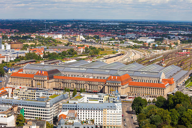 luftbild von der station hauptbahnhof fahren sie in leipzig, deutschland - cafe köln stock-fotos und bilder