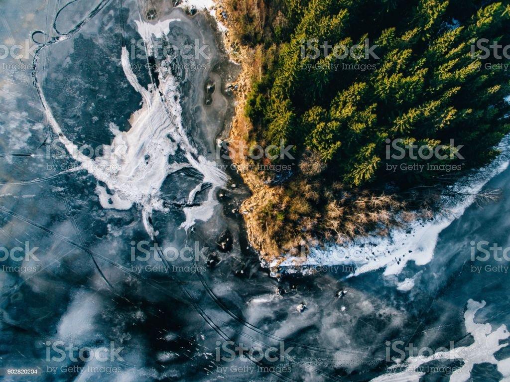 Luftaufnahme der Winter Schneewald und gefrorenen See von oben mit einer Drohne in Finnland erfasst. – Foto
