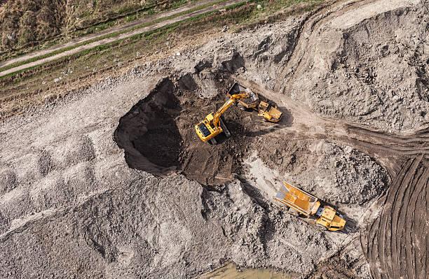 luftaufnahme der arbeiten bagger - aerial overview soil stock-fotos und bilder