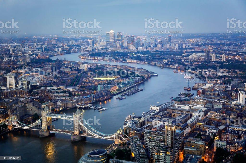 Luftaufnahme der Tower Bridge und der Skyline Canary Wharf bei Nacht – Foto