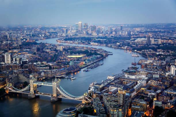 luchtfoto van tower bridge en canary wharf skyline 's nachts - londen engeland stockfoto's en -beelden