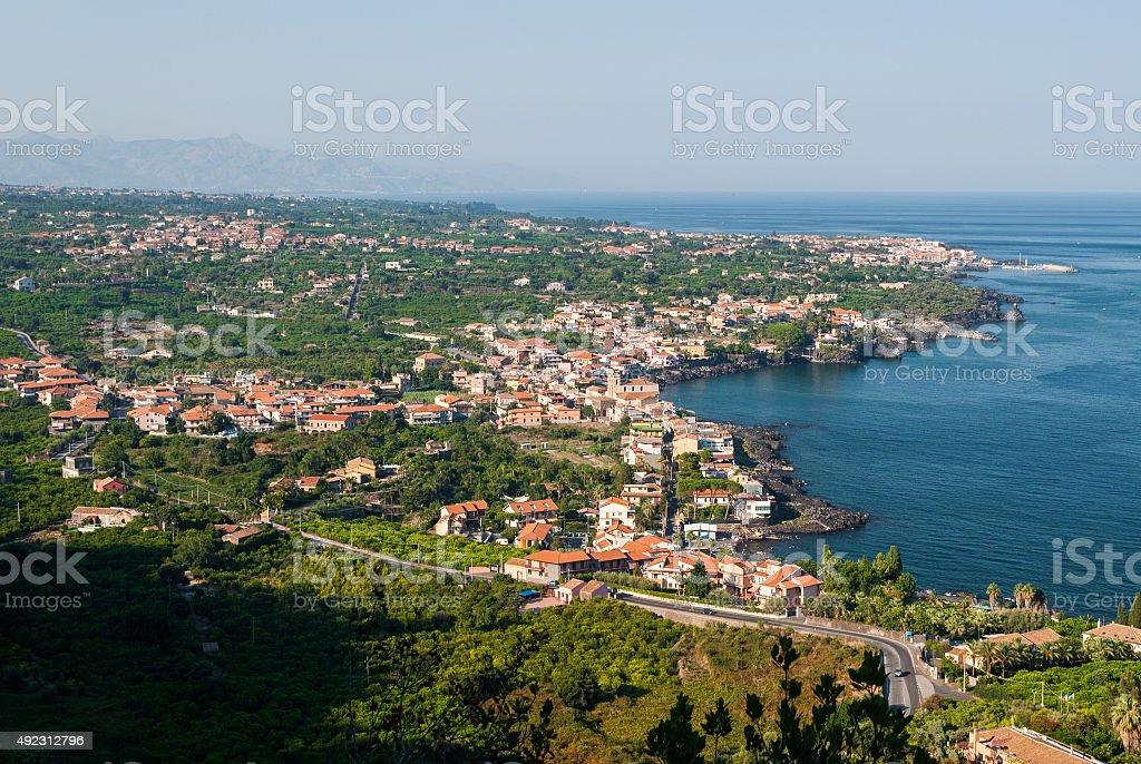 Veduta aerea della città lungo la costa orientale della Sicilia - foto stock