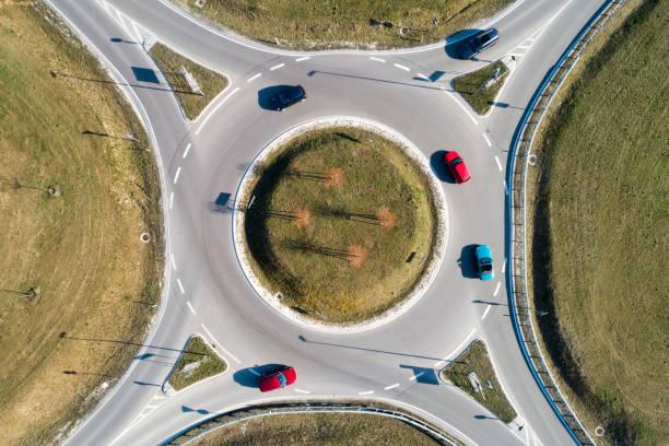 vue aérienne du cercle de circulation avec des voitures - rond point photos et images de collection