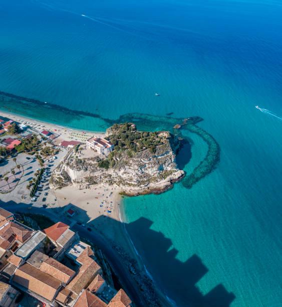 Luftaufnahme von Tropea, Haus auf dem Felsen und Heiligtum von Santa Maria dell'Isola, Kalabrien. Italien. Touristische Ziele der berühmtesten in Süditalien, Badeort auf einer Klippe – Foto