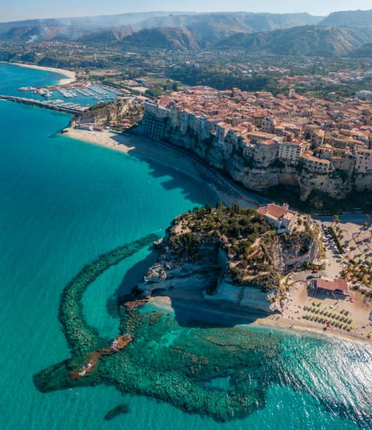 Luftaufnahme von Tropea, Haus auf dem Felsen und Heiligtum von Santa Maria dell'Isola, Kalabrien. Italien. – Foto