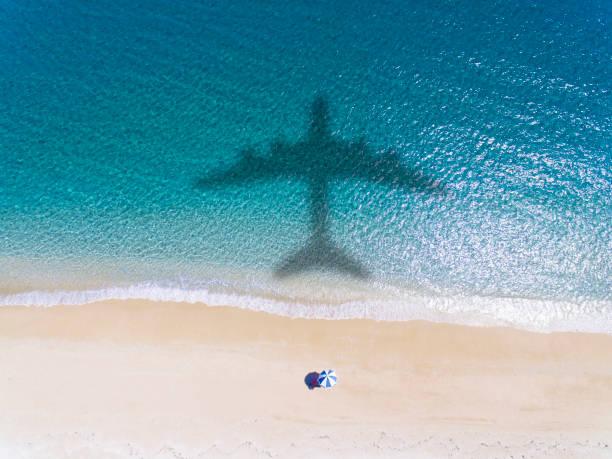 vista aérea de playa tropical con concepto de vacaciones de verano - avión fotografías e imágenes de stock