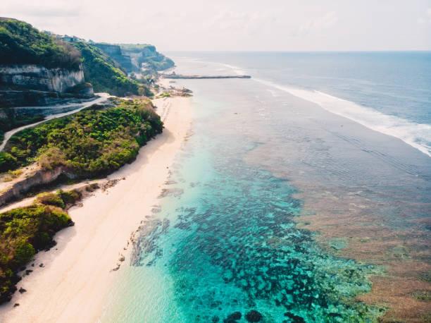 Luftaufnahme des tropischen Strandes mit türkisfarbenem Meer in Bali, Melasti Strand – Foto