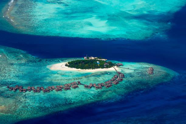 Luftaufnahme des tropischen Paradies Malediven Insel Resort mit Korallenriff türkisblau Ozean Tourismus Hintergrund – Foto