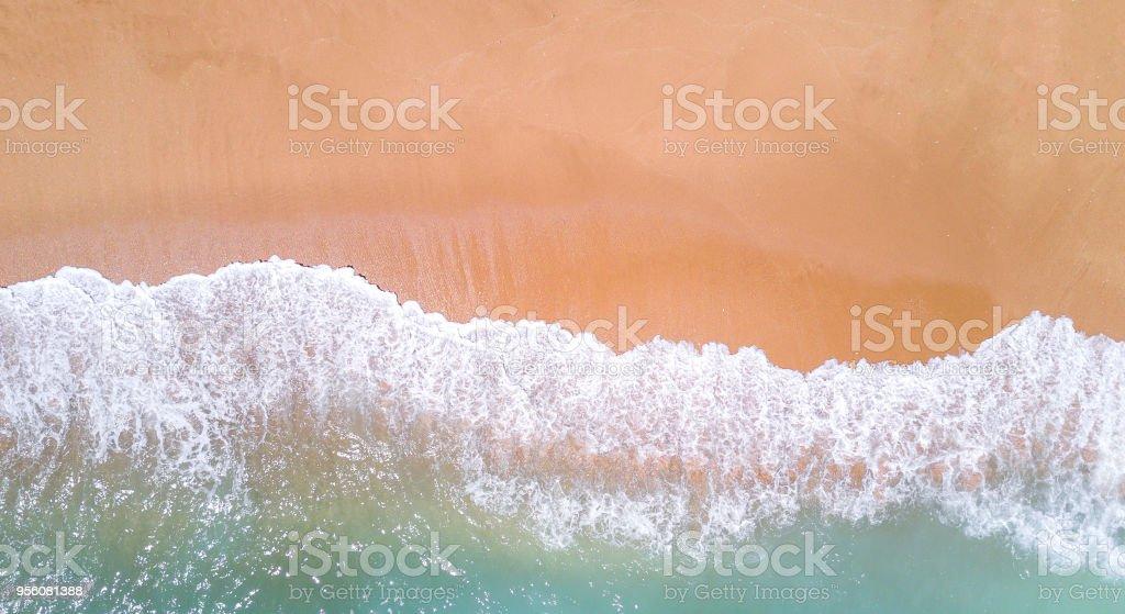 Vista aérea de playa tropical de arena y mar. Copia espacio - foto de stock